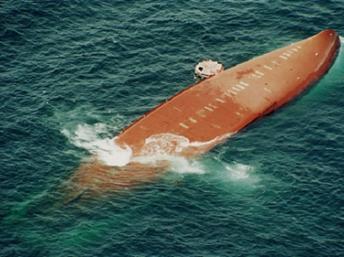 Photo aérienne du Joola, lors de son naufrage ,le 27 Septembre 2002. AFP
