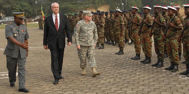 Le Général Hogg, Commandant de l'Armée de Terre des Etats-Unis, Division Afrique, en visite au Togo en janvier 2011(cr. Master Sgt. Christina Bhatti-Madden)